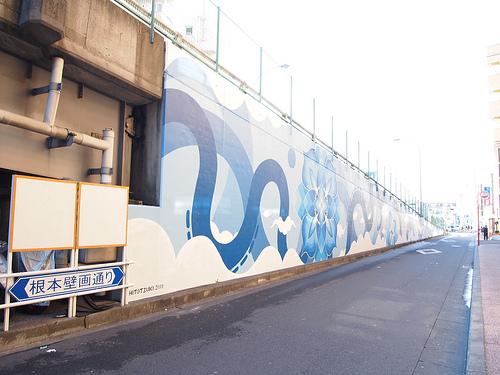 物件の目の前の通りには壁画