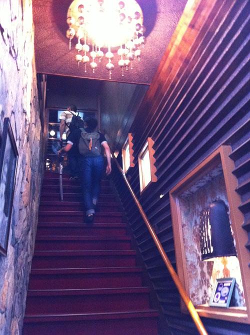 純喫茶「若松」。異世界へとつながっているような階段を上ります。