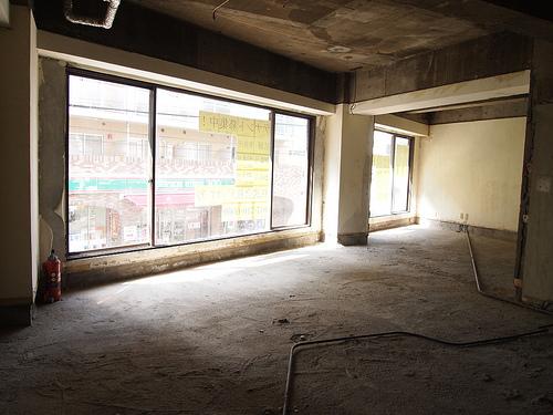 202号室。窓は道路側に面しているので目立ちます。