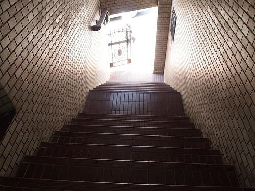 エントランスの階段は、独特の雰囲気