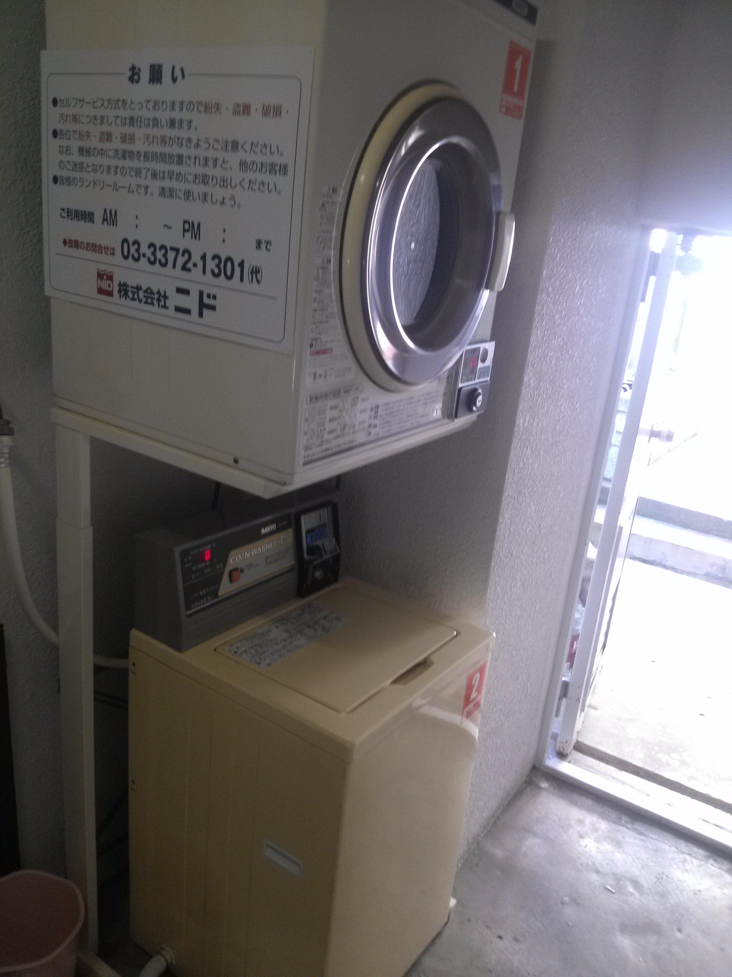 マンション1階にある共同のコインランドリー。洗濯機を買わずに済みますね。