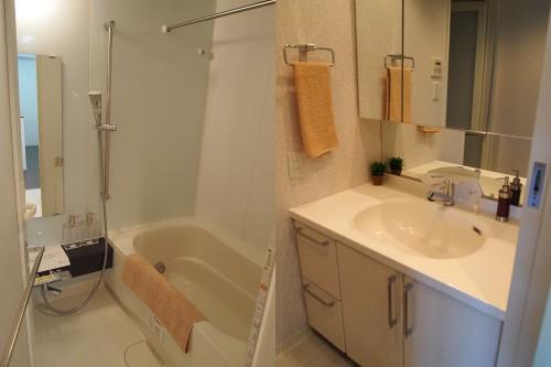 左:お風呂場 右:洗面所