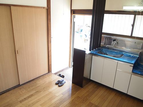 玄関を入るとダイニングキッチン、両側に和室があります。