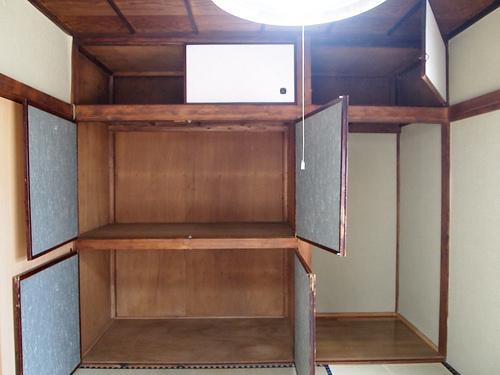 玄関左側の和室は6帖。押し入れは奥行きもあって、抜群の収納力!