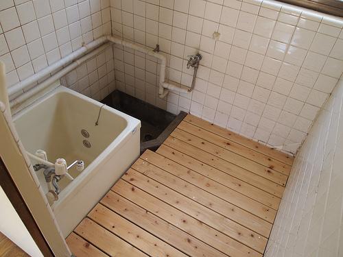 お風呂場。簀の子が床に敷いてあります。こちら傷みがないこともチェック済みです。