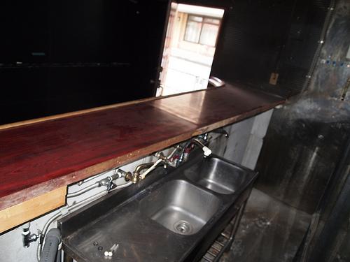 カウンター内はこんな感じ。キッチンと手洗い場がついています。