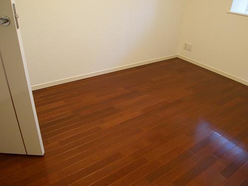 ダークブラウンの床。