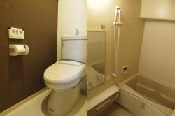左:トイレ 右:浴室