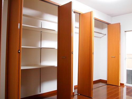 洋室1。クローゼットの扉は折りたたんで左右どちらに寄せることも可能。