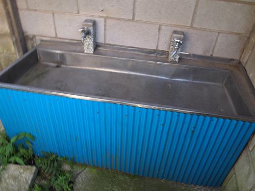 外の手洗い場。かつては洗濯場所として活用されていたそうです。
