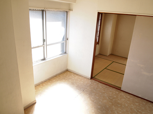 洋室。南側に窓があるので明るい