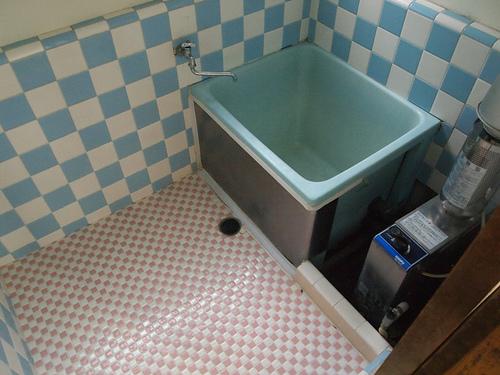 お風呂はバランス釜。お風呂を沸かすときのカチカチという音が生活感があって好きです。