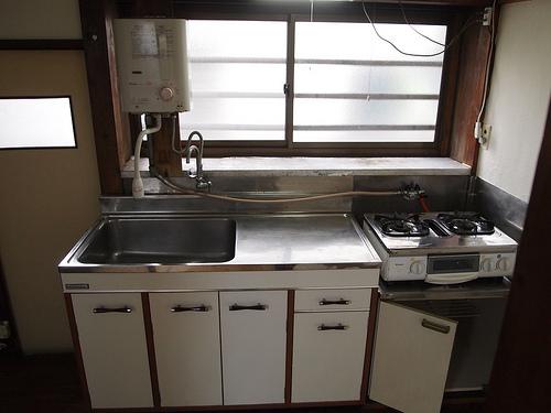 キッチン。きれいなステンレスから丁寧に使われている感じが伝わります。