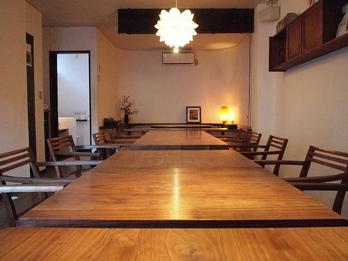 カウンター、テーブル、小上がり関の全ての高さが同じ。お客様との目線に気を遣ったオーナーさんのこだわりがよく現れています。