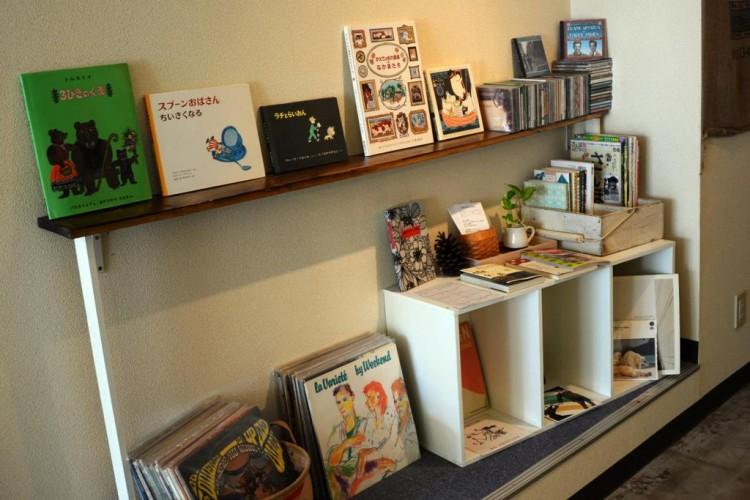 カフェに自分の好きな本やCDがあると嬉しくなります。