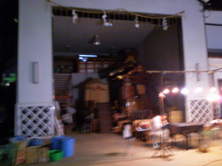 奥の倉庫には、お祭りのときに使われているという大きな神輿の姿も。