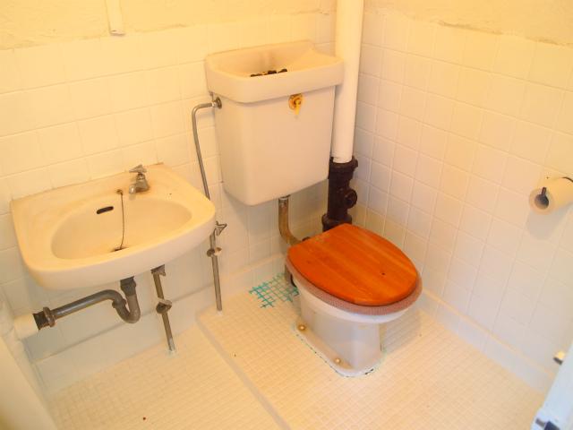 トイレ。むき出しの配管がカッコイイ。