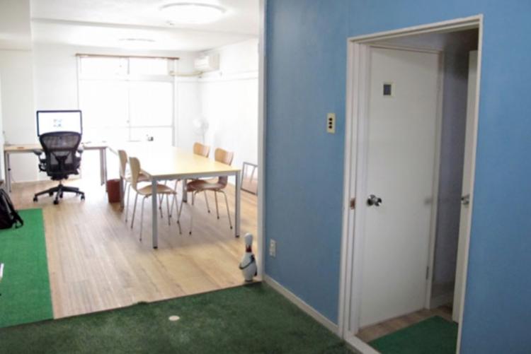 床貼り、壁塗り後のワンルーム部分と人工芝を貼ったキッチン・玄関部分。
