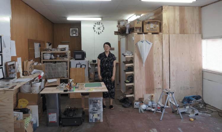 吉田さんのお部屋の全景。手前がアトリエ。右側がセルフビルドの小屋。左側はキッチン。