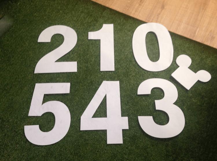 数字の型紙。これをドアに当てて、周りを鉛筆で縁取りしていきます。(佐藤大輔さんが作成されました。)
