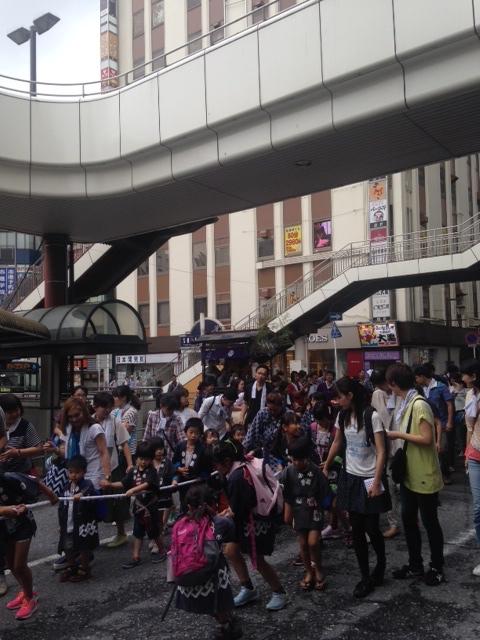 松戸駅前のバスロータリーの中も練り歩きます。