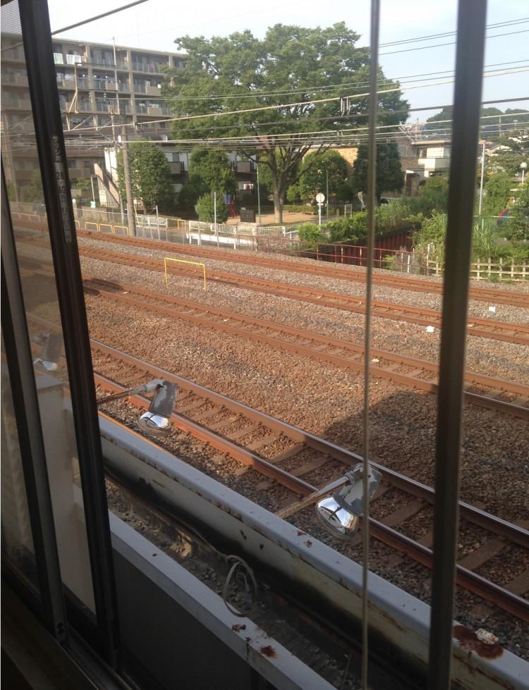 線路沿いなので朝から深夜まで電車が通る音と振動がします。