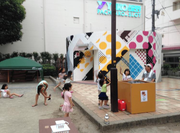シャボン玉発生器の側で戯れる子供たちの後ろにあるトイレがZEDZさん制作です。