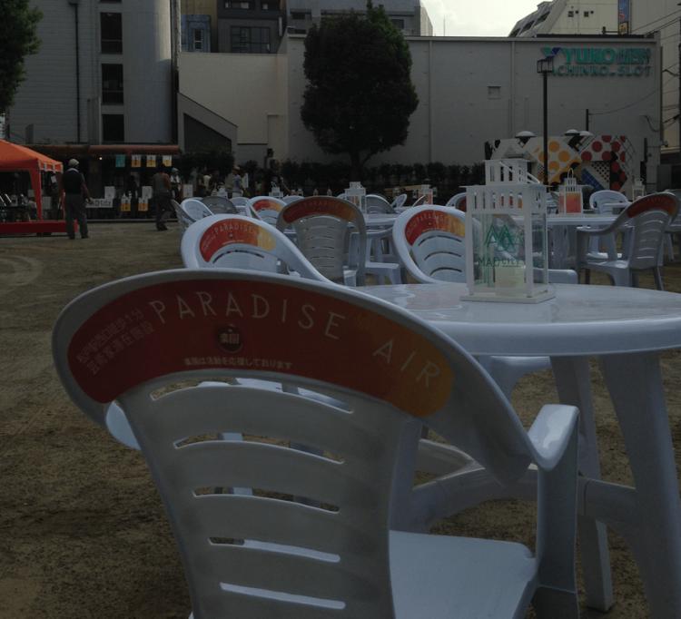 テーブル、椅子、ランタンに広告を出し、事業としてプロジェクトを継続させていくという狙いがあります。