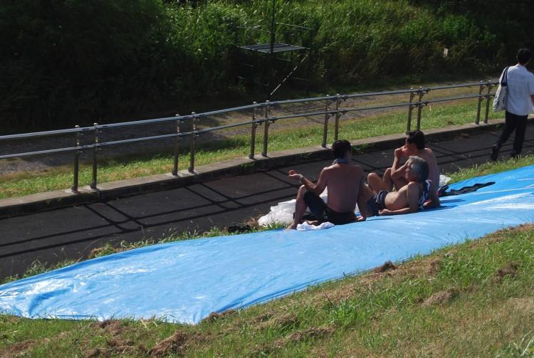 江戸川河川敷は老若男女皆さんの憩いの場です。