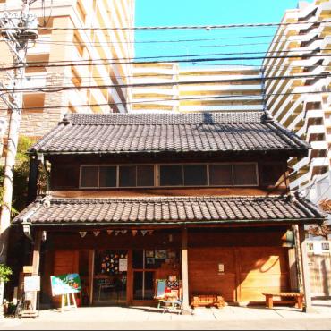 江戸時代からつづく古民家と大規模マンション群とのコントラスト。