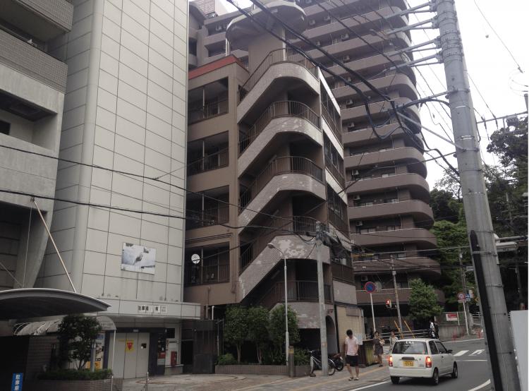 中央の5階建て賃貸マンションがMADマンションです。全20戸中11室をMAD Cityが借り上げて運営しています。
