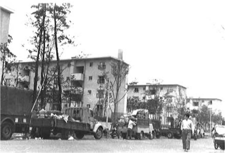 昭和35年4月、常盤平団地への入居が始まりました。団地内には学校や公園、商店もつくられ、新しい街の生活が始まりました。