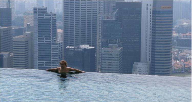 屋上利用の可能性は広がります。画像はシンガポールにあるホテル「 Marina Bay Sands」の屋上にあるプール。