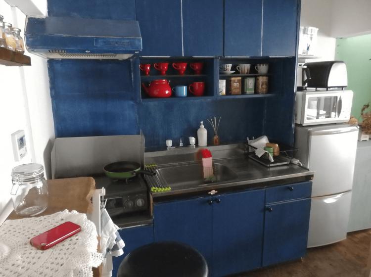 キッチンは深いブルーの塗装が。雰囲気が出ています。
