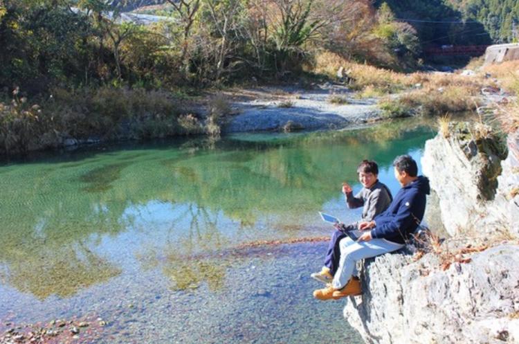 徳島県神山町のサテライトオフィスの様子。徳島県下全域ではブロードバンド環境が隅々まで整備されているため、きれいな川の側で仕事をできます。