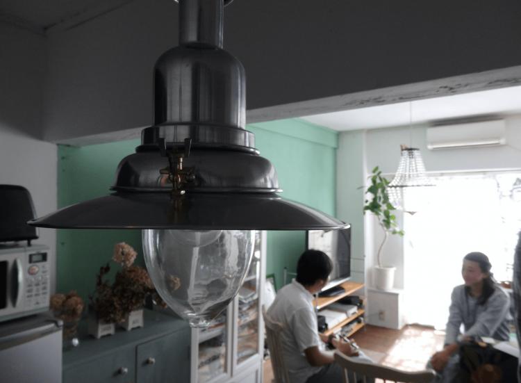アンティーク風の電球など、インテリアもこのお部屋の魅力を上げています。