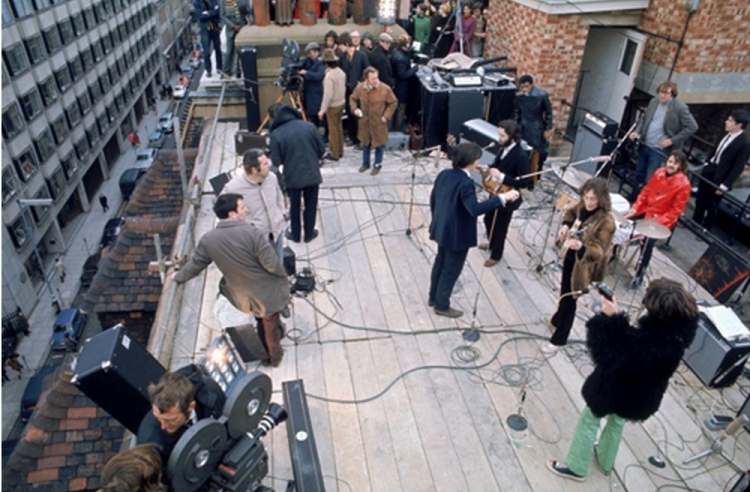 ビートルズ最後のライブコンサートはアップル社の屋上で行われました。(画像引用元)