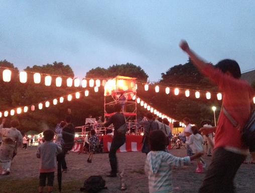 盆踊りの様子。子供も大人も楽しそうに踊ったり、話したり、出店の食べ物を食べたり飲んだりしていました。