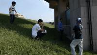 江戸川河川敷の放射線量調査の様子。