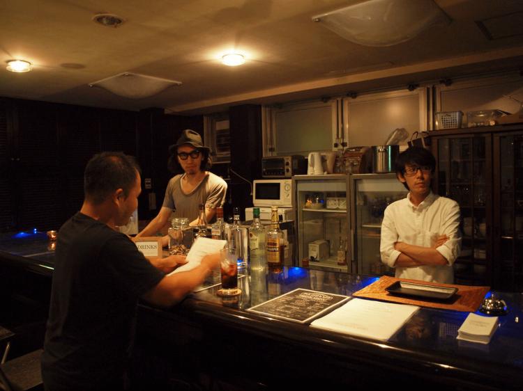 コワーキングバーのスタッフとして働く入居者の二人。左側が西川さんです。