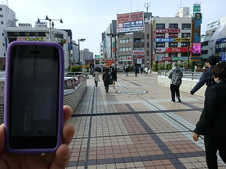 松戸駅西口の駅舎の屋根の真下から測定開始!