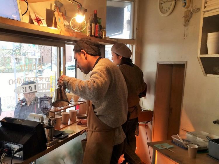 ハンドドリップコーヒーを入れる古平さん