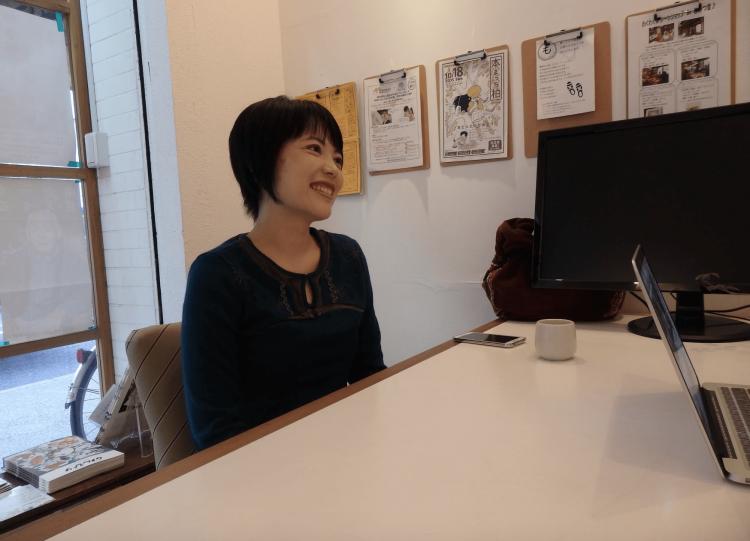 インタビューに応えてくださる田上さん。ヨガのお話から女性の一人暮らしのポイント、田上さんの半生まで色々伺いました。
