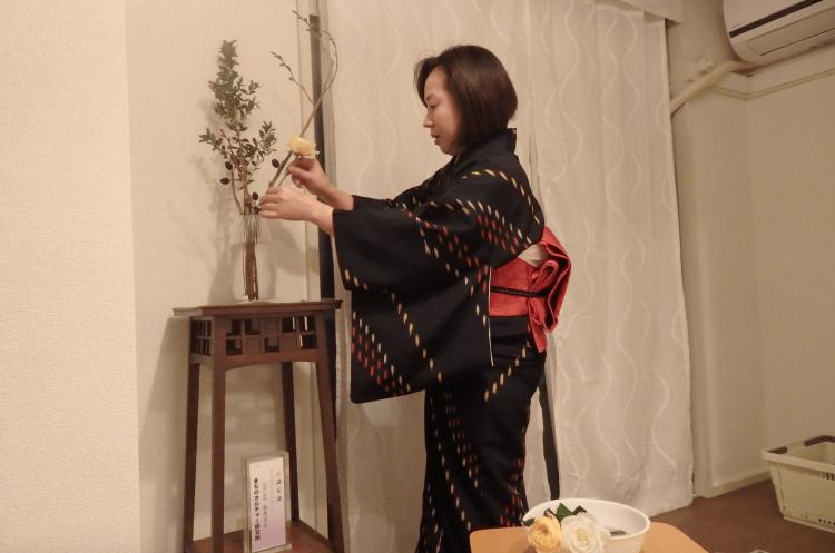 まる子先生はあの假屋崎省吾氏(草月流)に6年間、師事していたそうでお花で生徒さんをおもてなしされています。