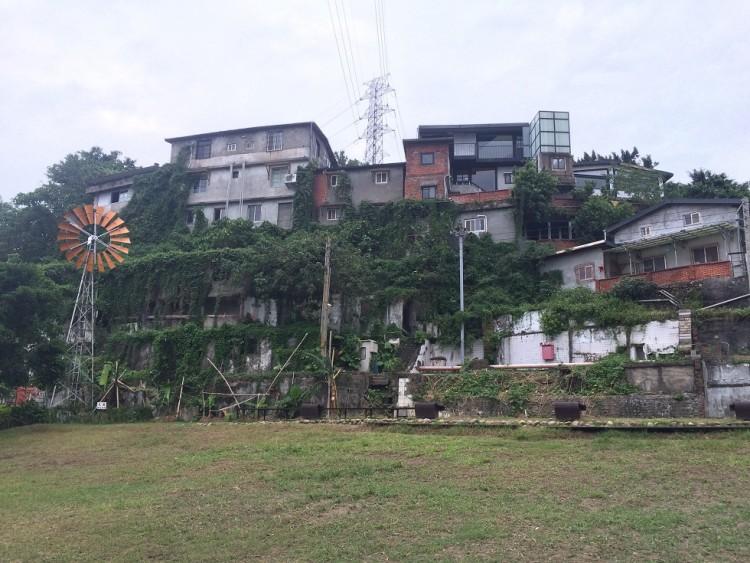 トレジャーヒル・アーティスト・ヴィレッジ。小高い丘の上に、小さな建物がひしめき合う。国民党軍によって建てられた違法建築が残り、現在は芸術村として活用されているエリア。週末は観光客で賑わう。