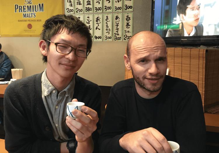 この日のインタビューは交流イベントの後の打ち上げ会場でお話を聴いてきました。街の人たちと一緒に飲んだり食べたり交流しながら創作出来るのが松戸のアーティスト・イン・レジデンスの良さです。