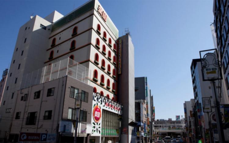 松戸駅西口徒歩2分、大通りに面した場所にあるパチンコスロット店「楽園」の4階にアーティスト・イン・レジデンス「PARADISE AIR」があります。こちらの建物は元カップルホテルということで防音性に優れています。