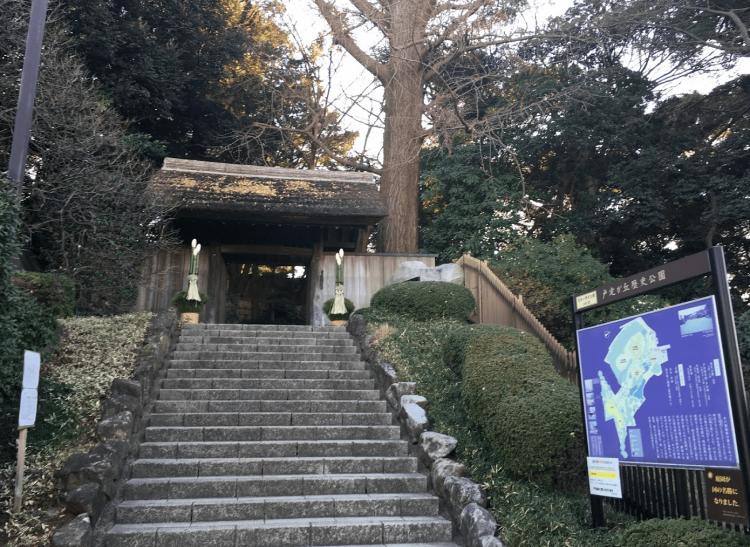戸定が丘歴史公園の入口です。階段を登って奥まで行くと左側に戸定歴史館、右側に戸定邸があります。