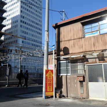 屋根も外壁も庇もトタンな「トタン270°」。駅前、線路沿いにあります。