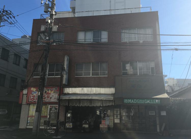こちらの建物も築50年弱とけっこう年季が入っています。右側にMAD City GALLERYが入居していますが、もともとは洋服屋さんでした。